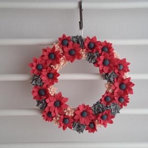 Rózsaszín-szürke ajtó kopogtató, Otthon & Lakás, Dekoráció, Ajtódísz & Kopogtató, Mindenmás, Hazai gyártású gyapjúfilcből egyedi, kézzel készített filcvirágokkal díszített 20 cm átmérőjű natúr ..., Meska