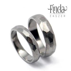 Paleo nemesacél karikagyűrű, Esküvő, Ékszer, Karikagyűrű, Ötvös, Pattintott kő tárgyat idéző, rusztikus felületű kézzel készült nemesacél karikagyűrű.\n\nA képen látha..., Meska