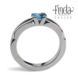 Velence nemesacél gyűrű kék topázzal, Szoliter gyűrű, Gyűrű, Ékszer, Ötvös, Fémmegmunkálás, Elegáns kézzel kovácsolt nemesacél gyűrű, ovális csiszolású kék topázzal.\n\nAlapanyag: nemesacél\nDrág..., Meska