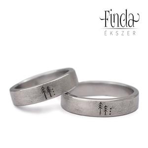 Rustic nemesacél karikagyűrűpár vésett fenyő mintával, Esküvő, Ékszer, Karikagyűrű, Ötvös, Nemesacél karikagyűrűpár, rusztikus felülettel vésett fenyő mintával. A képen látható gyűrűk 5 mm sz..., Meska