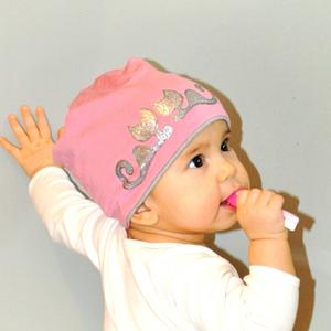 Fiorella kifordítható gyerek SAPKA pink-szürke/ ezüst cicás, Táska, Divat & Szépség, Ruha, divat, Sál, sapka, kesztyű, Sapka, Festett tárgyak, Varrás, Kézzel festett egyedi tervezésű manósapi, fiorella stílusban a mindennapokra gyerekeknek.\nDupla réte..., Meska