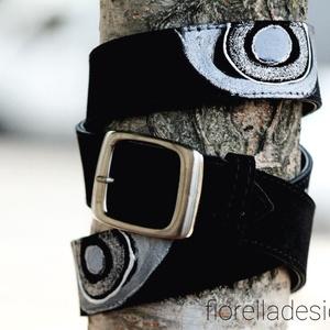 Fiorella marhabőr fekete öv/ csillám metálfényű ezüst minta, Ruha & Divat, Öv & Övcsat, Öv, Fiorella stílusban kézzel festett minta díszíti, a színes, egyedi, velúr marhabőr övet. Kézzel feste..., Meska