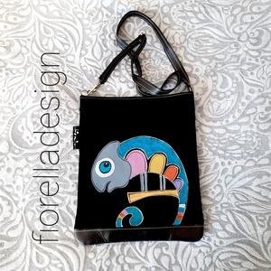 Fiorella színes kaméleon /fekete bőr táska, Táska & Tok, Színes vidám kaméleont festettem erre az igazán egyedi bőr oldaltáskára.  Tulajdonságok:  -összetéte..., Meska