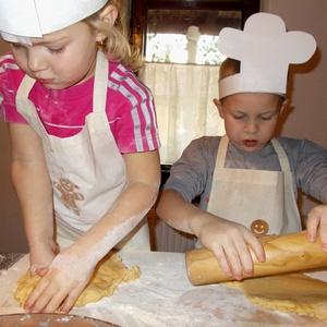 Mézeskalács mintás hímzett gyermek kötény , Kötény, Konyhafelszerelés, Otthon & Lakás, Hímzés, Közelegnek az ünnepek!\nKészítsd fel kis kuktáidat is a nagy sütés-főzésre hímzett köténnyel!\n\nAlapan..., Meska