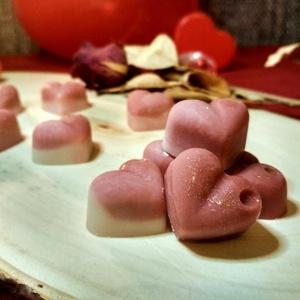 Szerelmes szívek illatviasz, Otthon & Lakás, Dekoráció, Gyertya & Gyertyatartó, Gyertya-, mécseskészítés, Teremtsd meg a romantikus hangulatot ezekkel a tavaszi, virágos illatú fehér és rózsaszín szívecskék..., Meska