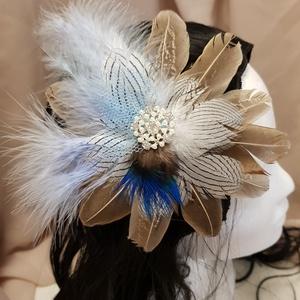 FlapperBees kerek tollas hajcsat, Esküvő, Hajdísz, ruhadísz, Táska, Divat & Szépség, Hajbavaló, Ruha, divat, Mindenmás, Natúr színek és a kék találkozása. Tenyérnyi nagyságú csatos hajdísz, amelynek közepére csillogó köv..., Meska