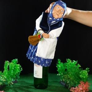 flaskababa kékfestő ruhában, Dekoráció, Otthon & lakás, Képzőművészet, Magyar motívumokkal, Táska, Divat & Szépség, Egyéb, Baba-és bábkészítés, Kerámia, Anyóka kékfestő ruhában. Bármilyen palack formájú tárgyra (ital, szörp stb.) rátehető, az üveg adja ..., Meska