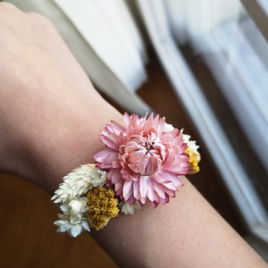Szárazvirágos karkötő rózsaszín szalmarózsa fejjel, Széles karkötő, Karkötő, Ékszer, Ékszerkészítés, Virágkötés, Egyedileg készített karkötő egy központi szalmarózsa fej és különféle szárított virágok felhasználás..., Meska