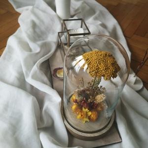Kis szárazvirág kompozíció üvegbúra alatt, Csokor & Virágdísz, Dekoráció, Otthon & Lakás, Virágkötés, Szárított virágokból készült virágdísz, üvegbúra alatt, fa alátéten.\n\nAz üvegbúra méretei: ø 115 x 1..., Meska