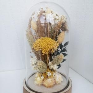 Natúr szárazvirág kompozíció üvegbúra alatt, Otthon & lakás, Dekoráció, Dísz, Esküvő, Esküvői dekoráció, Lakberendezés, Asztaldísz, Virágkötés, Szárított virágokból készült virágdísz, üvegbúra alatt, fa alátéten.\n\nAz üvegbúra méretei: ø 115 x 1..., Meska