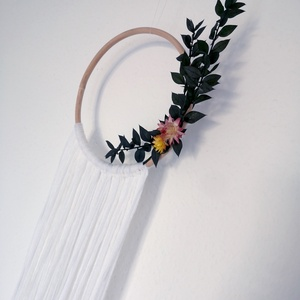 Fali fonaldísz szárított virággal, Falra akasztható dekor, Dekoráció, Otthon & Lakás, Virágkötés, Dekoratív fali lógó dekoráció bambusz karikára csomózott fonalból, szárított szalmarózsafej és ruscu..., Meska
