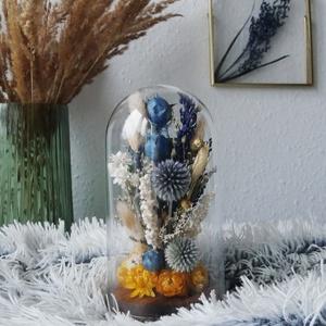 Kék szárazvirág kompozíció üvegbúra alatt, Asztaldísz, Dekoráció, Otthon & Lakás, Virágkötés, Szárított virágokból készült virágdísz, üvegbúra alatt, fa alátéten.\n\nAz üvegbúra magassága 200 mm, ..., Meska