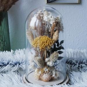 Natúr szárazvirág kompozíció üvegbúra alatt, Díszüveg, Dekoráció, Otthon & Lakás, Virágkötés, Szárított virágokból készült virágdísz, üvegbúra alatt, fa alátéten.\n\nAz üvegbúra méretei: ø 115 x 1..., Meska