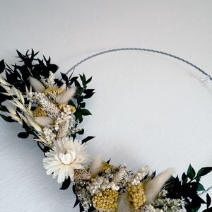 Fali dísz, kopogtató, Otthon & Lakás, Dekoráció, Ajtódísz & Kopogtató, Virágkötés, Falra, ajtóra lógatható szárazvirág dísz, ⌀ 25 cm hullámdrót karikára rögzítve.\n\nFelhasznált virágok..., Meska