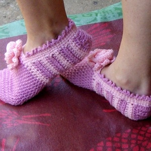 Lizi - Horgolt mamusz, szobacipő, Mamusz & Házicipő, Cipő & Papucs, Ruha & Divat, Horgolás, Romantikus, ámde kissé nagyobb lábon élő nőknek lehet jó ez a rózsaszín-rózsaszín szobacipő. 25 cm a..., Meska