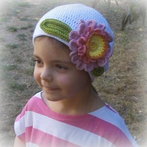 Virágom, virágom - Horgolt sapka - Rendelhető, Táska, Divat & Szépség, Ruha, divat, Sál, sapka, kesztyű, Horgolás, A hófehér fonalat egy nagy virág és két zöld levél vidítja fel. Akril fonalból horgoltam ezt a 18 cm..., Meska