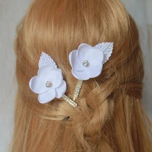 Menyasszonyi strasszos hajcsat, Esküvő, Hajdísz, ruhadísz, Táska, Divat & Szépség, Ruha, divat, Mindenmás, Ékszerkészítés, Strasszos hajcsatot fehér virággal és fehér levéllkével díszítettem a virágok szirmát egyenként form..., Meska