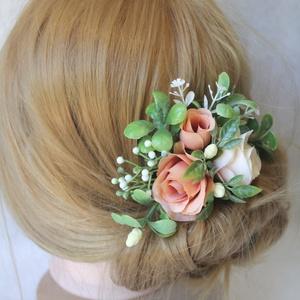 Virágos hajdísz, hajfésű alkalmakra , Esküvő, Táska, Divat & Szépség, Hajdísz, ruhadísz, Ruha, divat, Bézs, krém, nude narancs színű selyemvirágok, hamvas zöld levelek alkotnak harmóniát ebben a hajdísz..., Meska