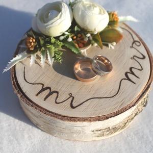 """""""Simplicity"""" gyűrűtartó esküvőre, fotózásra , Esküvő, Gyűrűpárna, Esküvői dekoráció, Kb 13cm széles gyönyörű kérges nyírfa szeletet díszítettem ekrü selyemvirágokkal, művirággal. A virá..., Meska"""