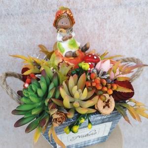Őszi asztaldísz, dekoráció , Otthon & lakás, Dekoráció, Dísz, Csokor, Lakberendezés, Asztaldísz, Virágkötés, Újrahasznosított alapanyagból készült termékek, Szürke fa ládikát élethű kövirózsa műnövényekkel, termésekkel, porcelán figurával, gombákkal, őszi s..., Meska
