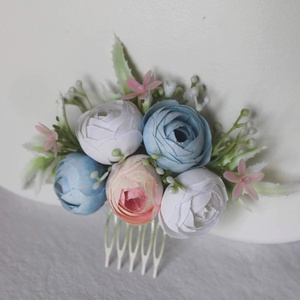 Virágos hajdísz, hajfésű alkalmakra , Esküvő, Hajdísz, ruhadísz, Táska, Divat & Szépség, Ruha, divat, Hajbavaló, Virágkötés, Apró fehér és pasztel kék egy kis leheletnyi rózsaszínnel minőségi selyemvirágokból, rezgő, fehér ha..., Meska