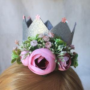 Hercegnő korona szülinapra, fotózáshoz , Gyerek & játék, Baba-mama kellék, Táska, Divat & Szépség, Ruha, divat, Hajbavaló, Virágkötés, Ezüst csillámos dekorgumi koronát díszítettem selyemvirágokkal, apró művirágokkal ajánlom szülinapra..., Meska
