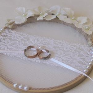 Csipke gyűrűtartó esküvőre, fotózásra , Esküvő, Gyűrűpárna, Esküvői dekoráció, Virágkötés, Kb 17cm átmérőjű himzőkeretet díszítettem fehér tüll és fehér csipkével valamint gyöngyökkel kirakva..., Meska