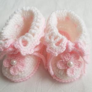 Horgolt babacipő, Ruha & Divat, Babaruha & Gyerekruha, Babacipő, Horgolás, A kis cipőt 100% akril baba fonalból horgoltam. Fűzővel összehúzható, elöl virággal díszített, talpa..., Meska