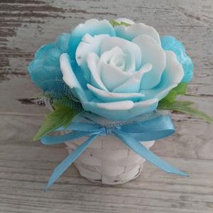 Csokor Jégkék Rózsa , Esküvő, Esküvői dekoráció, Otthon & lakás, Dekoráció, Csokor, Szappankészítés, Virágkötés, Kék-Fehér szappan virágcsokor. \nA szappan virágokat én készítem és kötöm csokorba a kész fonott kosá..., Meska