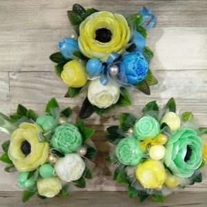 Csokor Kék/Zöld/Sárga szalaggal , Esküvő, Esküvői dekoráció, Otthon & lakás, Dekoráció, Csokor, Szappankészítés, Virágkötés, Kék/zöld/sárga szappan virágcsokor. \nA szappan virágokat én készítem és kötöm csokorba a kerámia kas..., Meska