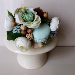 Virágos  asztaldísz , Otthon & lakás, Dekoráció, Lakberendezés, Virágkötés, Kaspóba virágot, dekort, terméseket és macaronokat helyeztem el. Mérete: 15cm, Meska