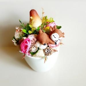Őzikés asztaldísz , Otthon & Lakás, Dekoráció, Asztaldísz, Virágkötés, Kerámia kaspóba dekorokat, selyem virágokat és egy őzikét helyeztem el.\nMérete:\n Magasság: 21cm\nÁtmé..., Meska