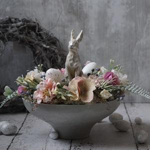 Húsvéti virágtál nyuszival, Otthon & Lakás, Dekoráció, Asztaldísz, Virágkötés, Egy szürke, prémium minőségű, talpas tálba készítettem el ezt a selyemvirág kompozíciót, a közepébe,..., Meska