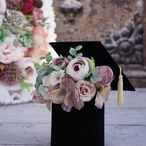 Gratulálunk!, Otthon & Lakás, Dekoráció, Asztaldísz, Virágkötés, Diplomaosztóra, ballagásra kedves ajándék ez a virágdíszben pompázó diplomasapka.\n\nMérete: 10 cm átm..., Meska
