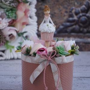 Virágdekor édesszájúaknak, Otthon & Lakás, Dekoráció, Asztaldísz, Virágkötés, Bájos muffin lány  kerámia szobrocska köré álmodtam meg a selyemvirágdíszt, amely időtálló dekoráció..., Meska