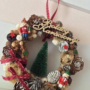 Karácsonyi ajtódísz diótörő, Otthon & Lakás, Karácsony & Mikulás, Karácsonyi kopogtató, Mindenmás, Karácsonyi ajtódísz diótörő figurákkal, fa Boldog Karácsony felirattal, közepén csillogó fenyővel. ..., Meska