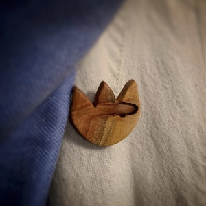 Szilvafa tulipán bross, Ékszer, Kitűző, bross, Famegmunkálás, Szilvafából kivágott, csiszolt, selymesre polírozott kedves tulipán formájú bross.\n, Meska