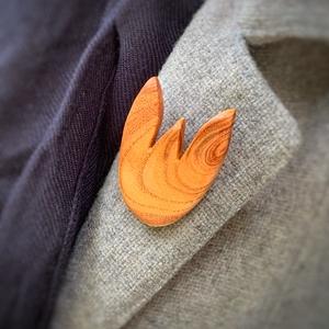 Japánakác tulipán bross, Ékszer, Kitűző, bross, Famegmunkálás, Tulipán szerelmeseinek. \nJapánakácból tulipán forma.\nSzíne lazacos narancsszín.\nKellemes szín, selym..., Meska