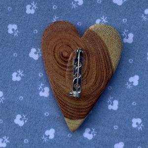 Japán akác szív bross (fngy) - Meska.hu