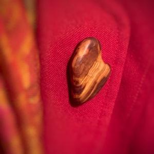 Szilvafa bross, Ékszer, Kitűző, bross, Famegmunkálás, Ennek a brossnak a fájának a története:\nbarátnőm látta meg a gyönyörű szilvafa darabokat, melyeket e..., Meska