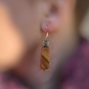 Gyümölcsfa kígyójáspissal fülbevaló , Ékszer, Fülbevaló, NoWaste, Famegmunkálás, Ékszerkészítés, Mintás fa mintás ásvánnyal.  Furulya készítőtől kapott maradék fából született kedves bájos fülbeval..., Meska
