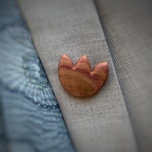 Szilvafa tulipán bross, Ékszer, Kitűző, bross, Ékszerkészítés, Famegmunkálás, Kedves, bájos, fájában finoman díszes szilvafából készült bross. \nAjánlom a tulipán és natúr, termés..., Meska