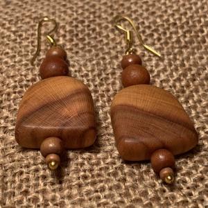 Szilvafa fülbevaló, Lógós fülbevaló, Fülbevaló, Ékszer, Ékszerkészítés, Famegmunkálás, Egyszerű, de annál mutatósabb ez a fülbevaló, melyet szilvafából készítettem.\nAjánlom azoknak, akik ..., Meska
