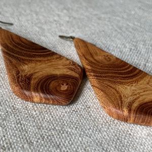 Japánakác fülbevaló, Lógós fülbevaló, Fülbevaló, Ékszer, Ékszerkészítés, Famegmunkálás, Japánakácból készítettem ezt az élénk, feltűnő, csinos darabot.\nNarancsos színe van a fának, ezért a..., Meska