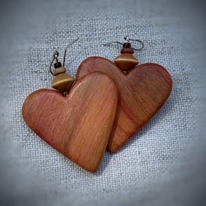 Szilvafából szív alakú fülbevaló, Ékszer, Fülbevaló, Ékszerkészítés, Famegmunkálás, Annyira szeretem, hogy mennyire változatosak a különböző fák!\nEz a szilvafa rózsaszínes, bordós barn..., Meska
