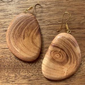 Japánakác fülbevaló, Ékszer, Fülbevaló, Ékszerkészítés, Famegmunkálás, Narancssárgás színű, csíkos mintázatú japánakácfából készült fülbevaló.\nSúlya: 5 g /db\n..., Meska