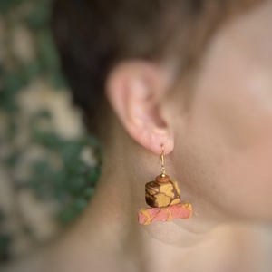 Korall-palo santo fülbevaló, Lógós fülbevaló, Fülbevaló, Ékszer, Ékszerkészítés, Famegmunkálás, Illatos palo santo-t simára políroztam, de nem egyengettem el az oldalait. Így érdekesebbnek találta..., Meska