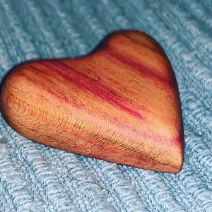 Szilvafából szabályos szív bross, Ékszer, Kitűző és Bross, Kitűző, Ékszerkészítés, Famegmunkálás, Meska