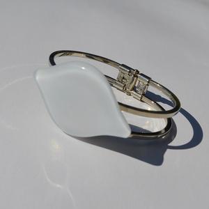 Fehér levél karkötő, Ékszer, Karkötő, Üvegművészet, Egyedi színes-üveg karkötő,nikkel mentes rugós fém alappal.\nAz üveg mérete:5x3cm\na fém mérete:7x5cm...., Meska