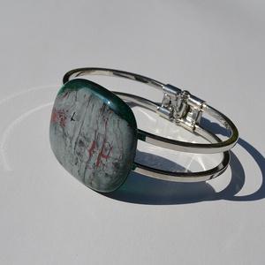 Egyedi design karkötő, Ékszer, Karkötő, Üvegművészet, Egyedi színes-üveg karkötő,nikkel mentes rugós fém alappal.\nAz üveg mérete:3,5x3cm\na fém mérete:7x5c..., Meska